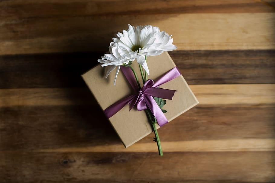 Cadouri pentru aniversari: ce le trimiți celor dragi aflați la distanță
