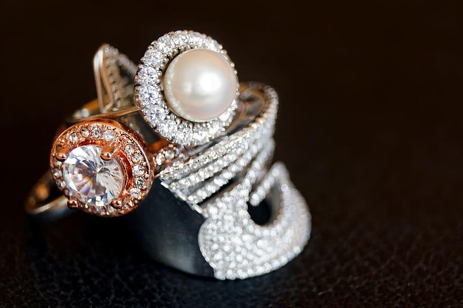 Ce sunt bijuteriile statement și cum le porți